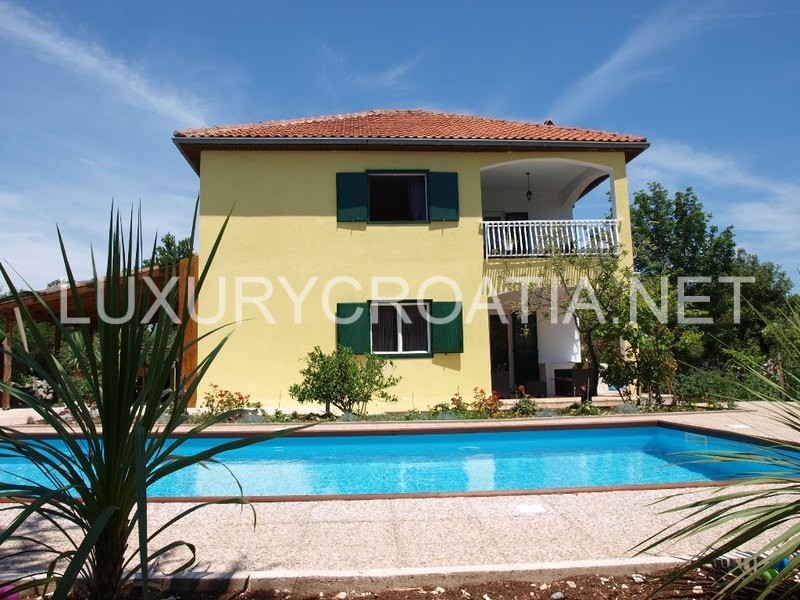Villa With Pool And Large Outdoor Area For Rent Vinisce