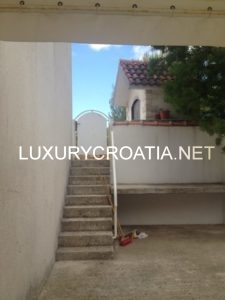 Cozy 2 bedroom apartment with big courtyard, Ciovo, Okrug Gornji