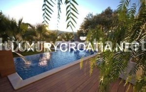 FOR SALE: LUXURY VILLA ON THE SEA FRONT TROGIR