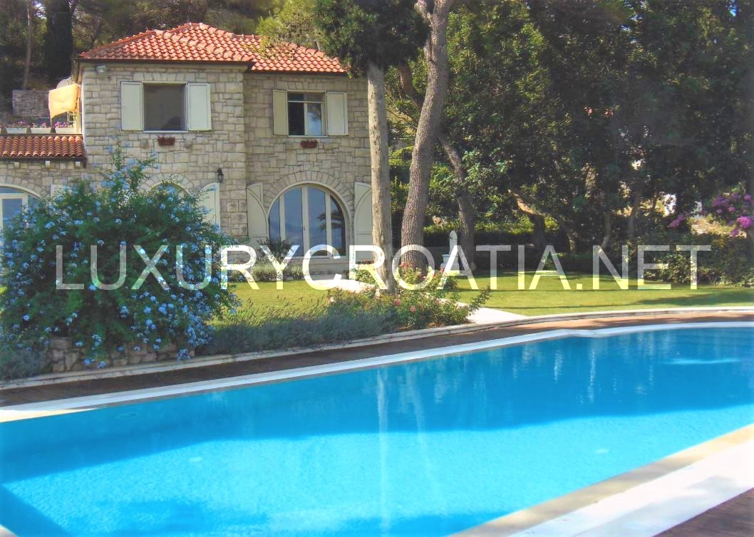 LUXURY VILLA FOR SALE ON THE SEAFRONT SOLTA ISLAND