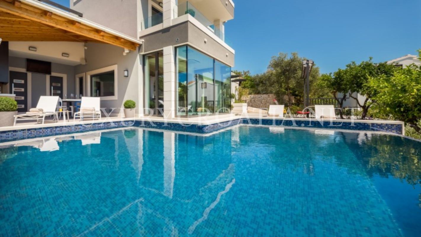 Luxury villa with infinity swimming pool ciovo luxury for Luxury swimming pools