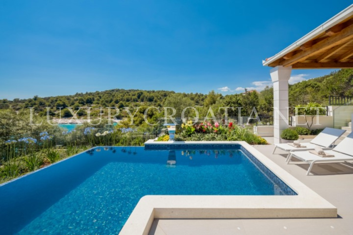 Luxury villa with infinity swimming pool ciovo luxury for Villas with pools
