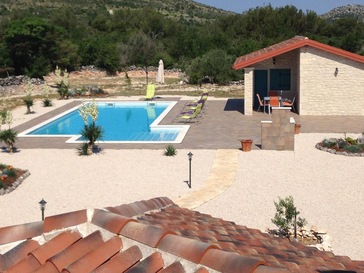 Rustic villa with pool for rent primosten for Rustic pools