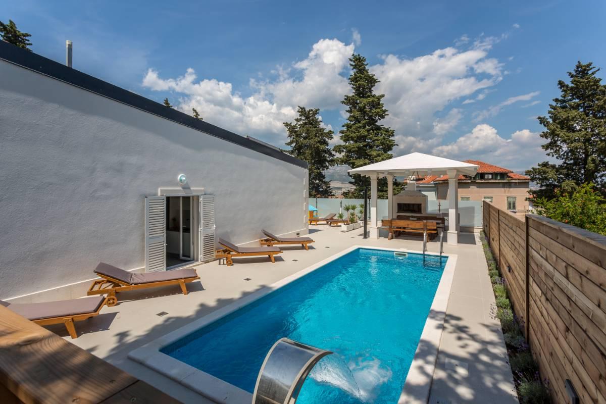 Modern Villa With Pool Split Center